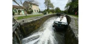 15254973-a-350-ans-le-canal-du-midi-entre-deux-eaux